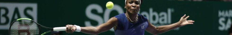Venus Williams devuelve la pelota durante la final.