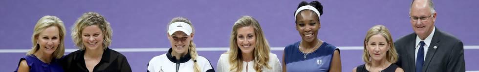 Wozniacki y Venus Williams, acompañadas en Singapur por varios dirigentes y las exjugadoras Kim Clijsters (segunda por la izquierda) y Chris Evert (segunda por la derecha).