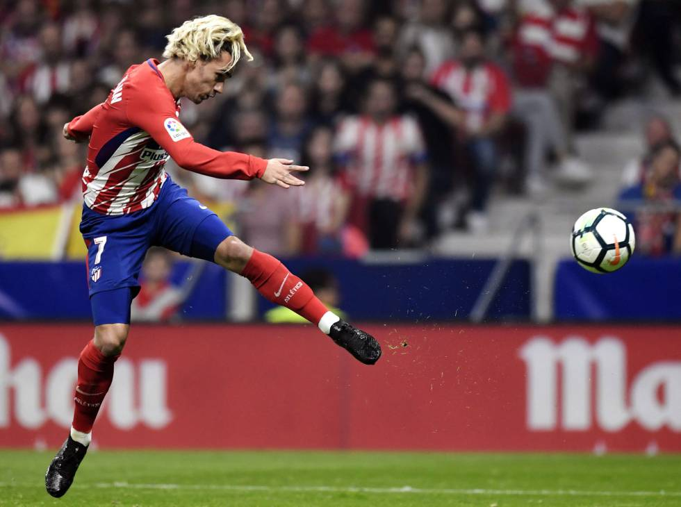 Antoine Griezmann of Atlético Madrid shoots against Barcelona.