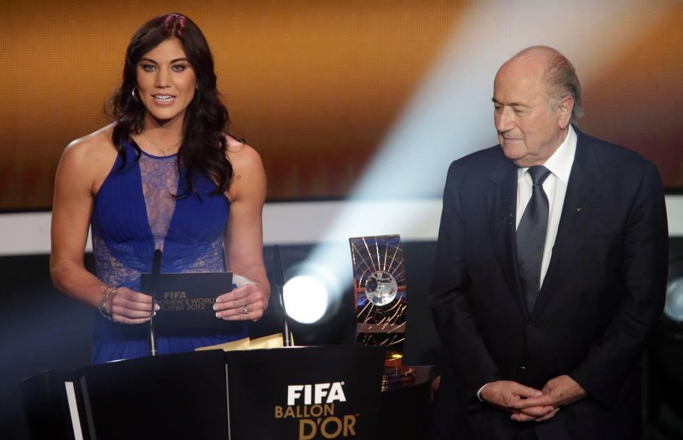 Hope Solo y Joseph Blatter en la entrega del Balón de Oro 2013.