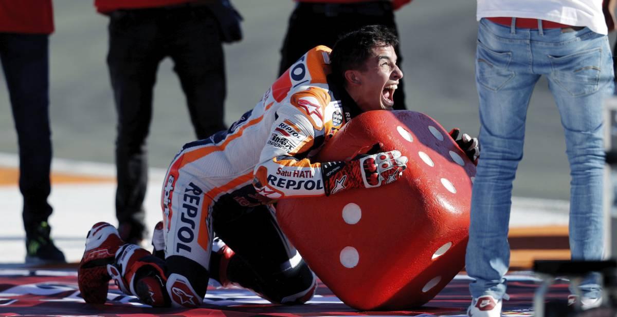 Márquez celebra el título de campeón del mundo en Valencia.