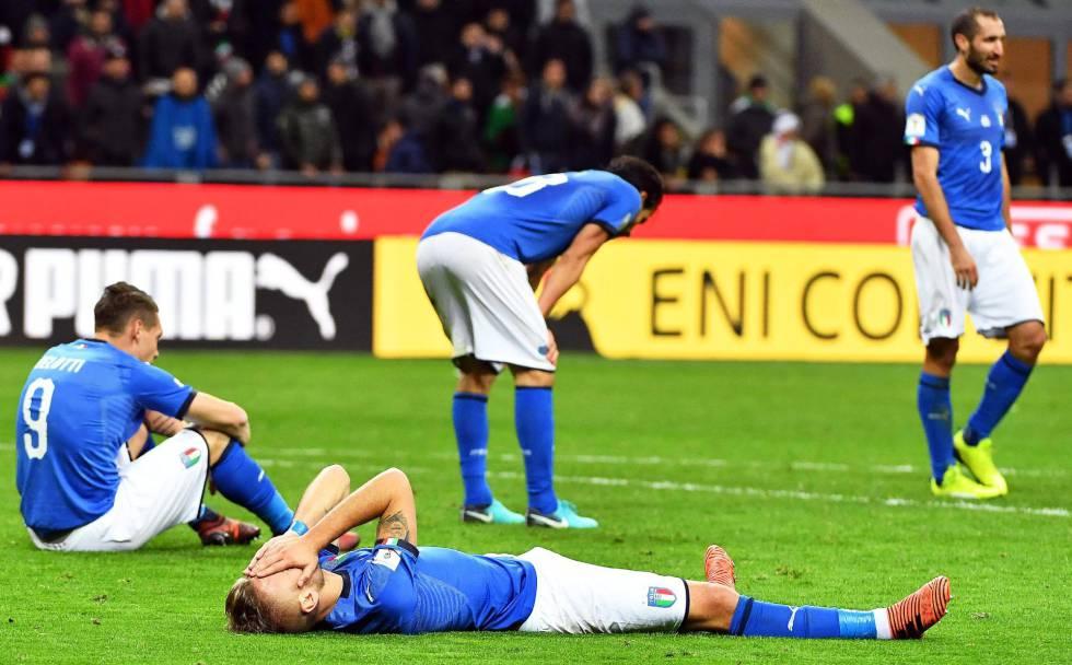 Los jugadores de Italia, tras consumarse su eliminación.