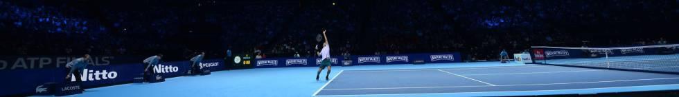 Federer sirve durante el partido contra Zverev, el martes en Londres.