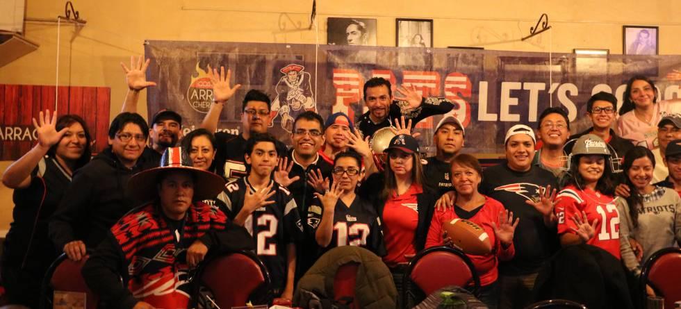 Los aficionados de los Patriots que se reúnen a unos metros del Zócalo. 66d52cf4e01