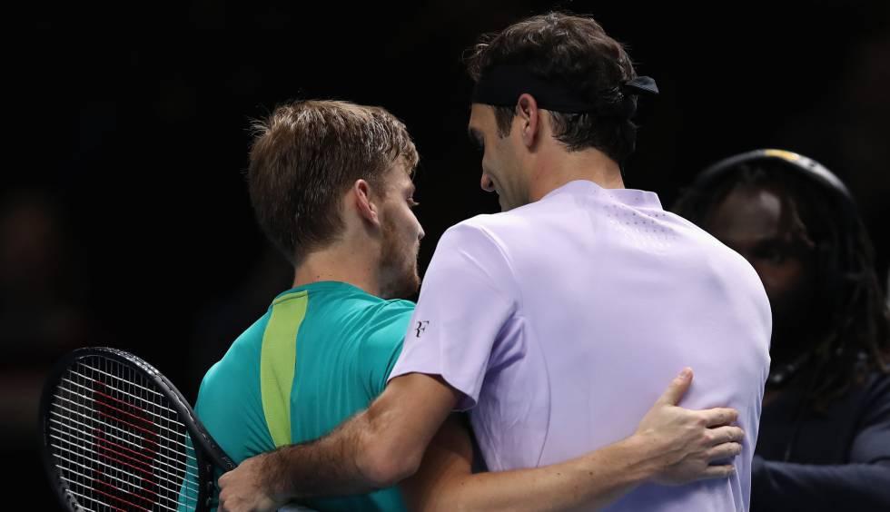Goffin y Federer se saludan al finalizar el partido.