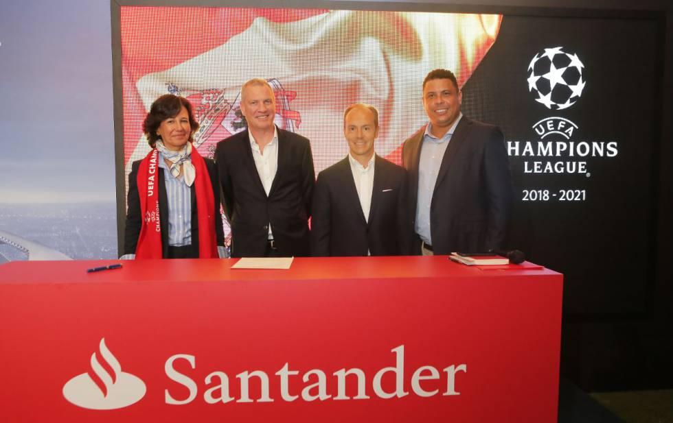 Firma del acuerdo entre el Santander y un representante de la UEFA, este miércoles, en Brasil, facilitada por la entidad bancaria.