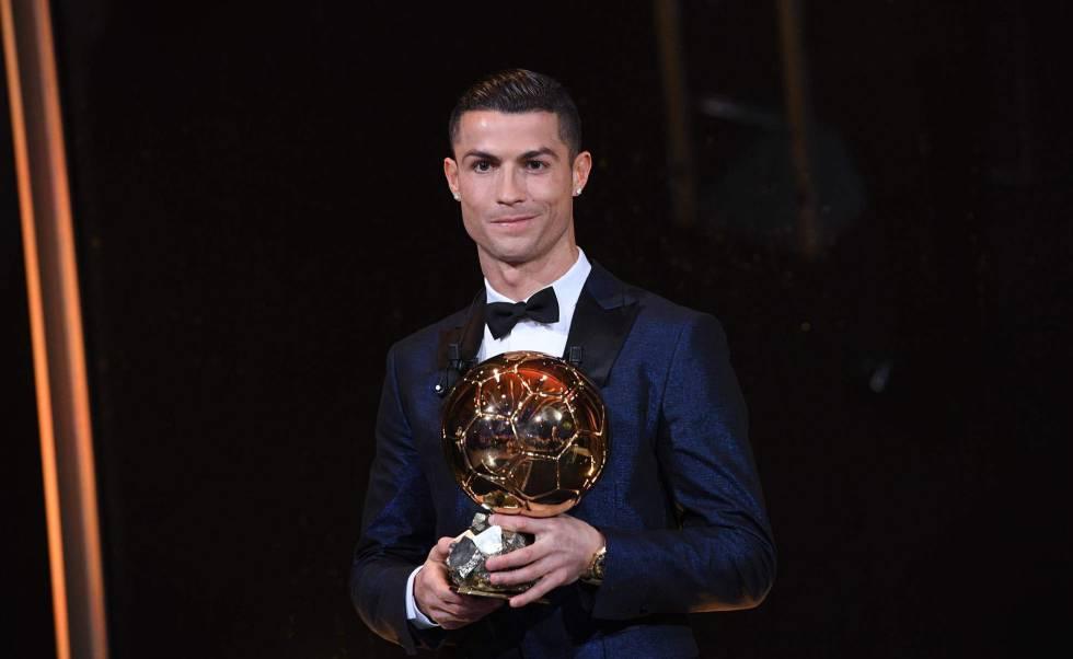 Cristiano posa con su quinto Balón de Oro. rn rn rn