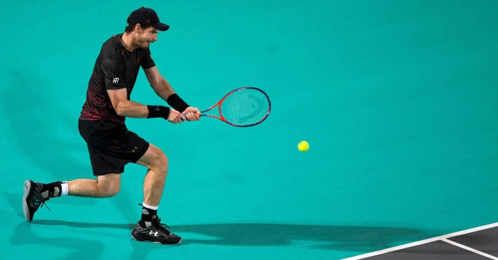 Murray golpea la pelota durante una exhibición reciente en Abu Dabi.