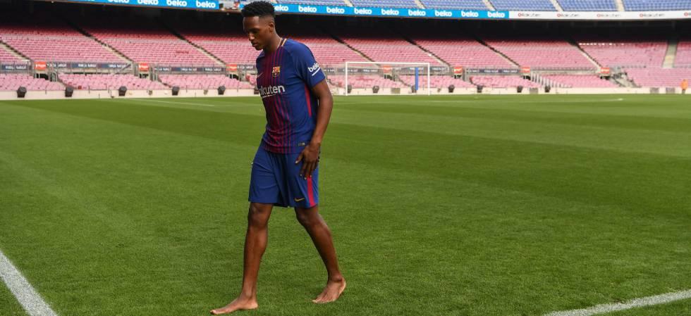 Yerri Mina, descalzo, en su primer día en el Camp Nou.