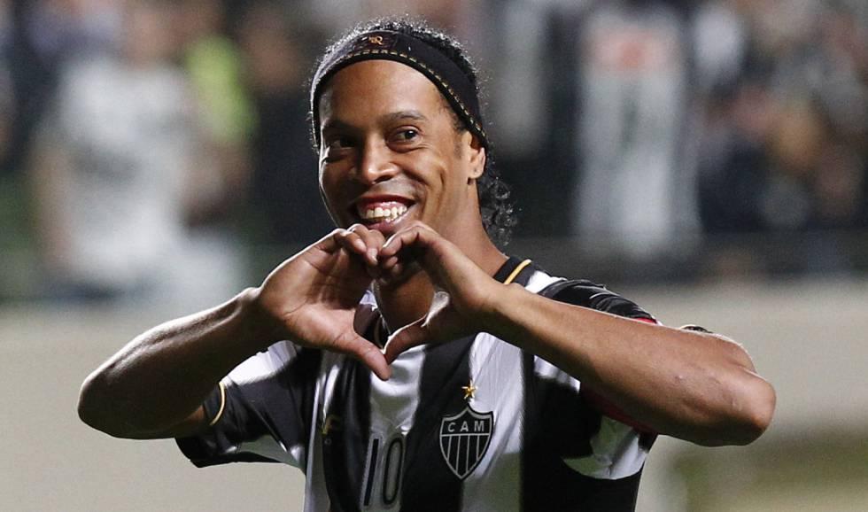 Ronaldinho se a ido a jugar al futbol en las nubes