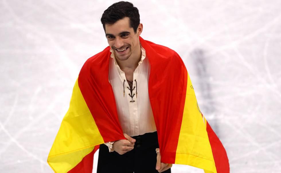 Javier Fernández, con la bandera española tras ganar el bronce.