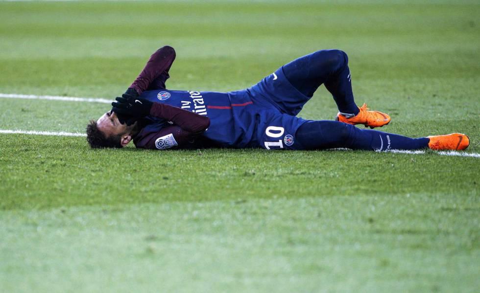 Neymar, el domingo tras la lesión.