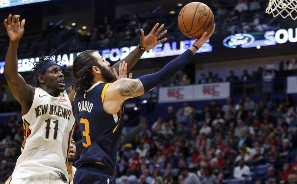Ricky Rubio supera a Jrue Holiday.