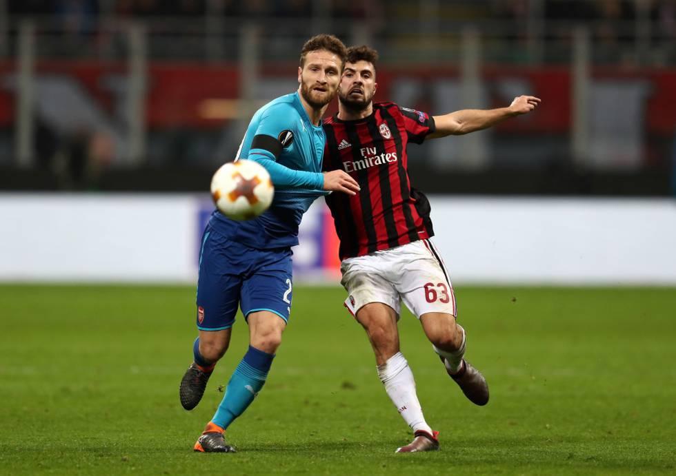Mustafi y Cutrone disputan un balón en el Arsenal Milan del pasado mes de  marzo. Catherine Ivill Getty a1f6c784ad444