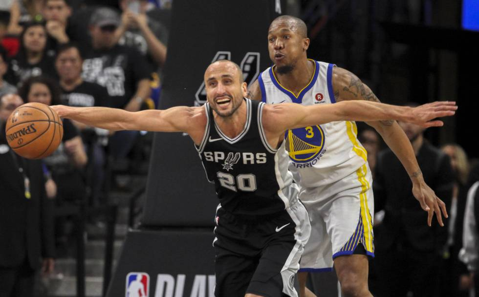 Manu Ginóbili y, tras él, David West.