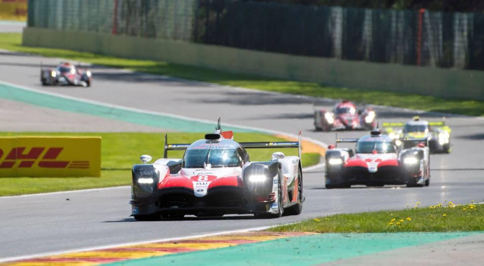 Alonso lidera un momento de la carrera, perseguido por el otro Toyota.