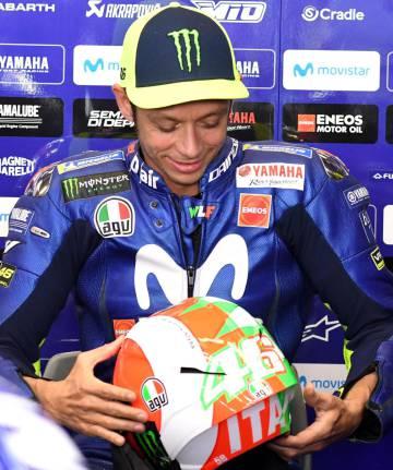 Rossi, con la edición especial de su casco para el GP de Italia.