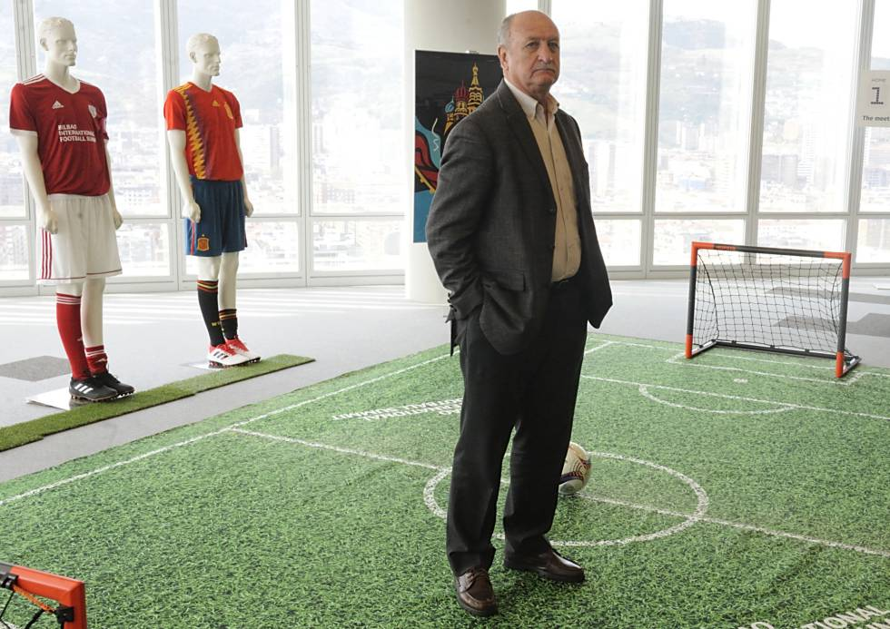 Scolari posa en la Torre Iberdrola de Bilbao durante el International Football Summit.