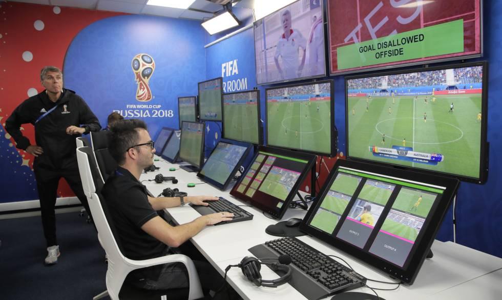 Resultado de imagem para fotos de árbitros do VAR