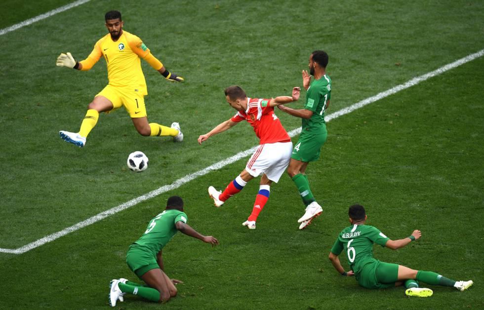 El jugador ruso Denis Cheryshev marca el segundo gol.