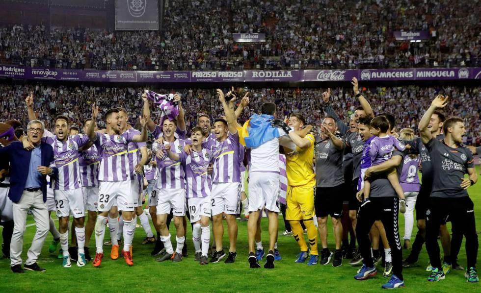 Los jugadores del Valladolid celebran el ascenso.