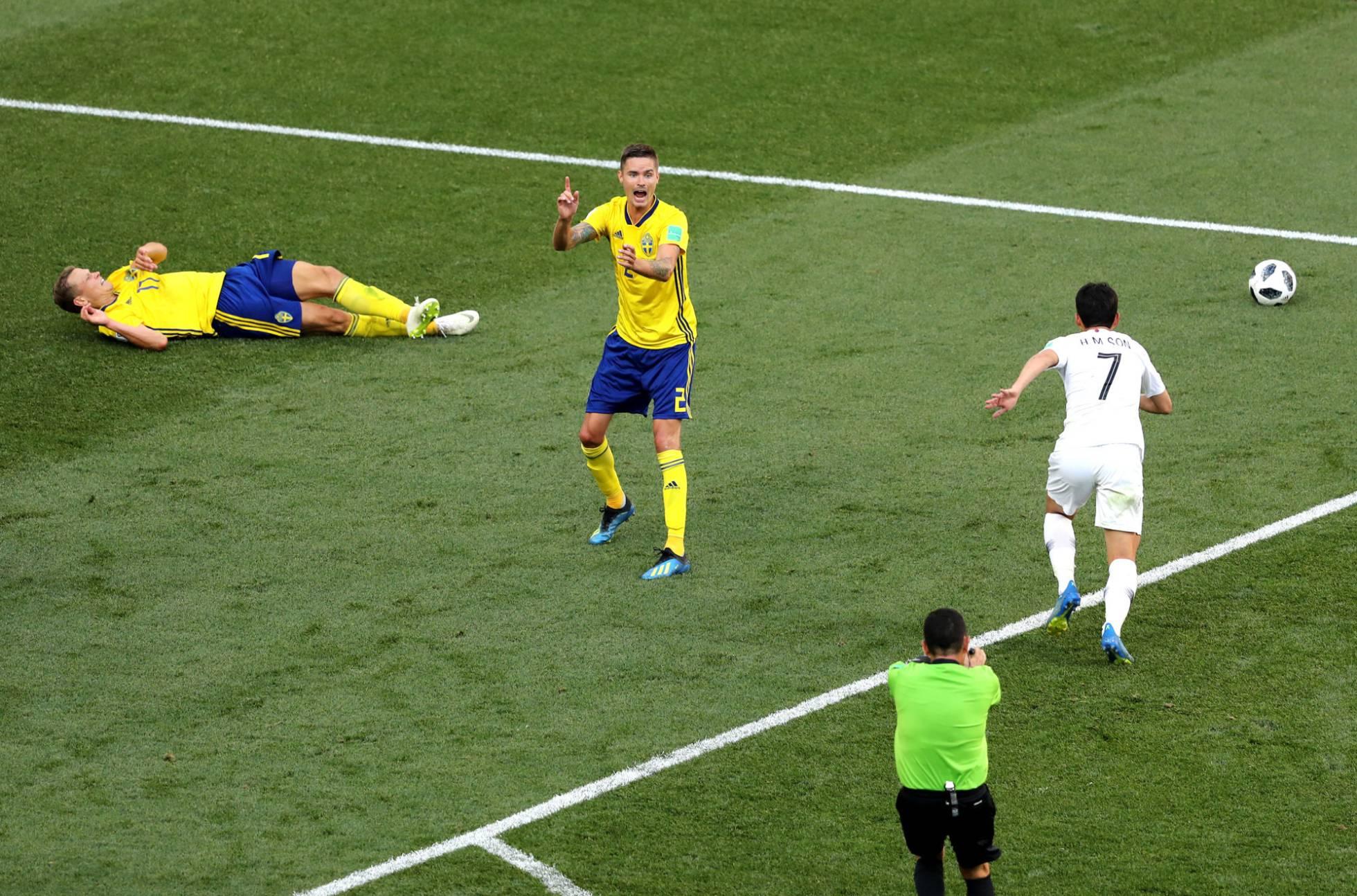Lustig pide al árbitro salvadoreño Joel Aguilar la revisión de la jugada del penalti sobre Claesson, en el suelo. ELSA GETTY IMAGES