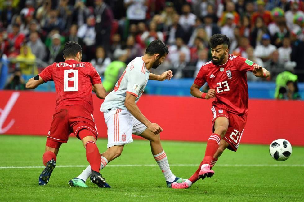 El iraní Rezaian despeja el balón, que golpea en Diego Costa y se dirige a portería.