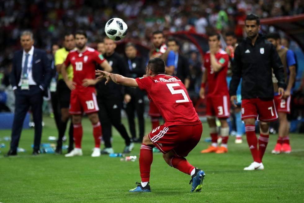 Tras el intento fallido de voltereta, Mohammadi saca de banda de manera tradicional en el partido contra España.