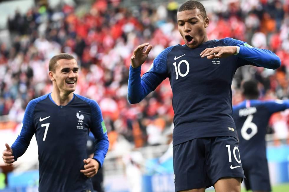 Mbappe celebra su gol a Peru que le dio el triunfo y la clasificación para octavos a Francia.