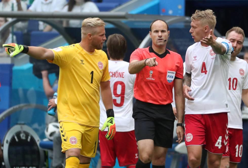 Mateu Lahoz señala el punto de penalti tras revisar la jugada con el VAR.