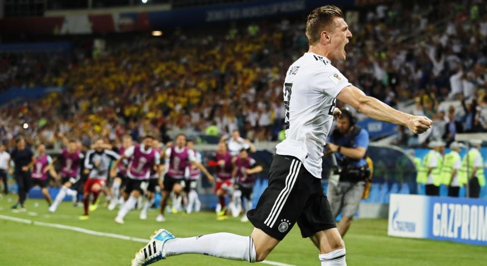Toni Kroos celebra su gol contra Suecia.