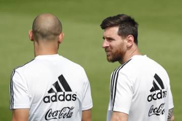 Messi conversa con Mascherano en el entrenamiento de Argentina.