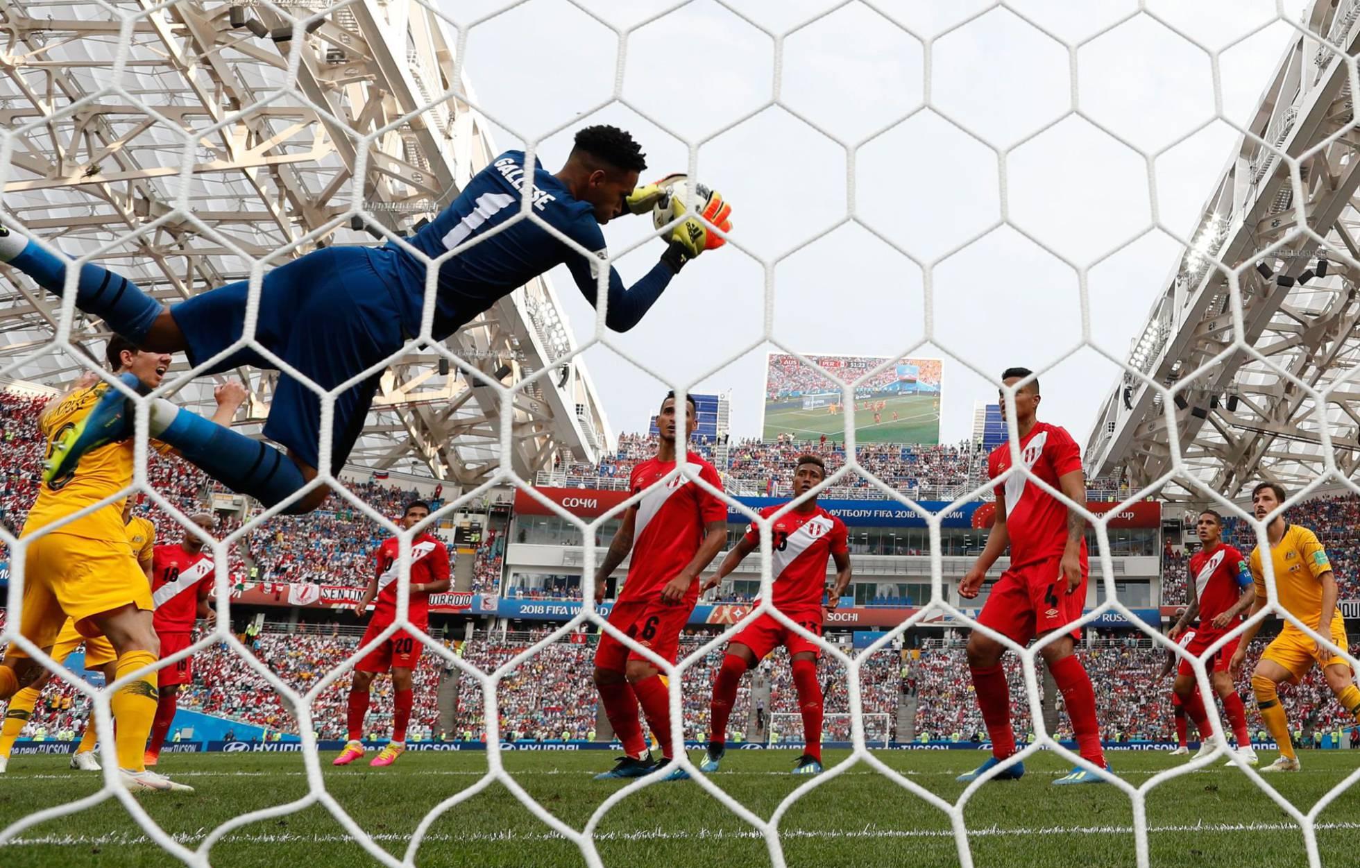 El meta peruano Pedro Gallese detiene un remate de la selección de Australia. ADRIAN DENNIS AFP
