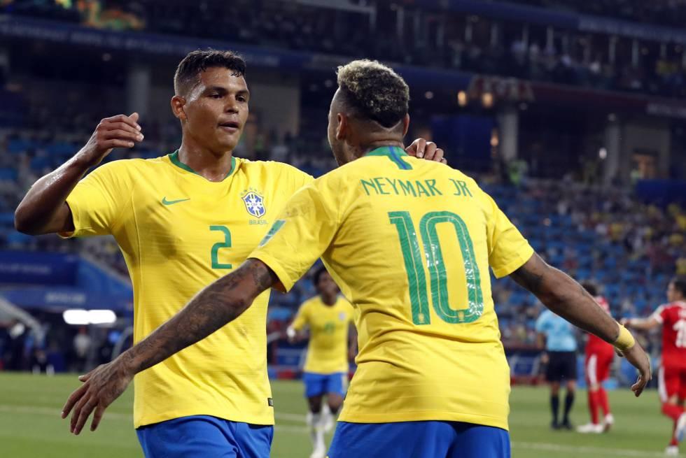 Thiago Silva se abraza con Neymar tras anotar el segundo gol de Brasil.