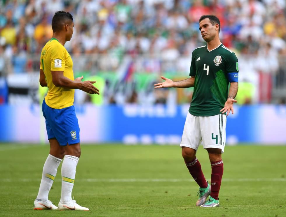 Casemiro y Márquez, durante el Brasil-México.