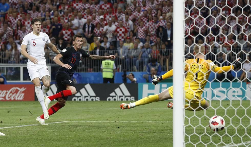 Mandzukic, con Stones tras él, marca ante Pickford el gol de la victoria de Croacia