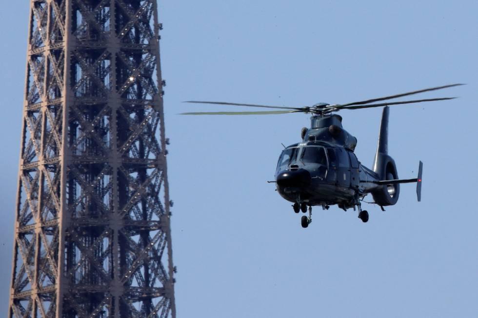 Un helicóptero vuela cerca de la Torre Eiffel, un día antes de la final.
