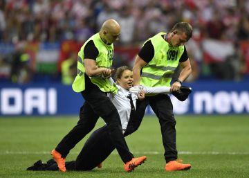e523b2ff17 Pussy Riot reivindica a invasão ao campo durante a final da Copa do Mundo