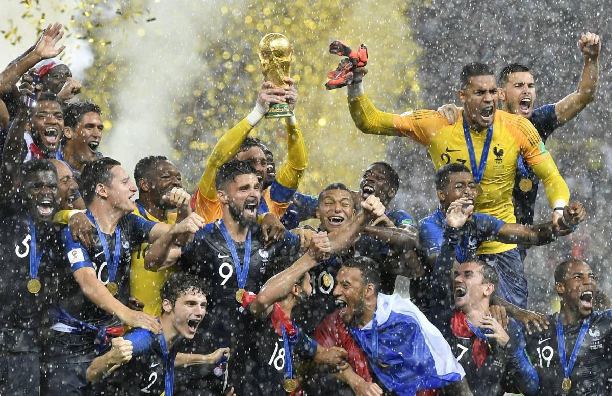 Hugo Lloris levanta el trofeo de campeón del mundo. 4347a0a8f199f