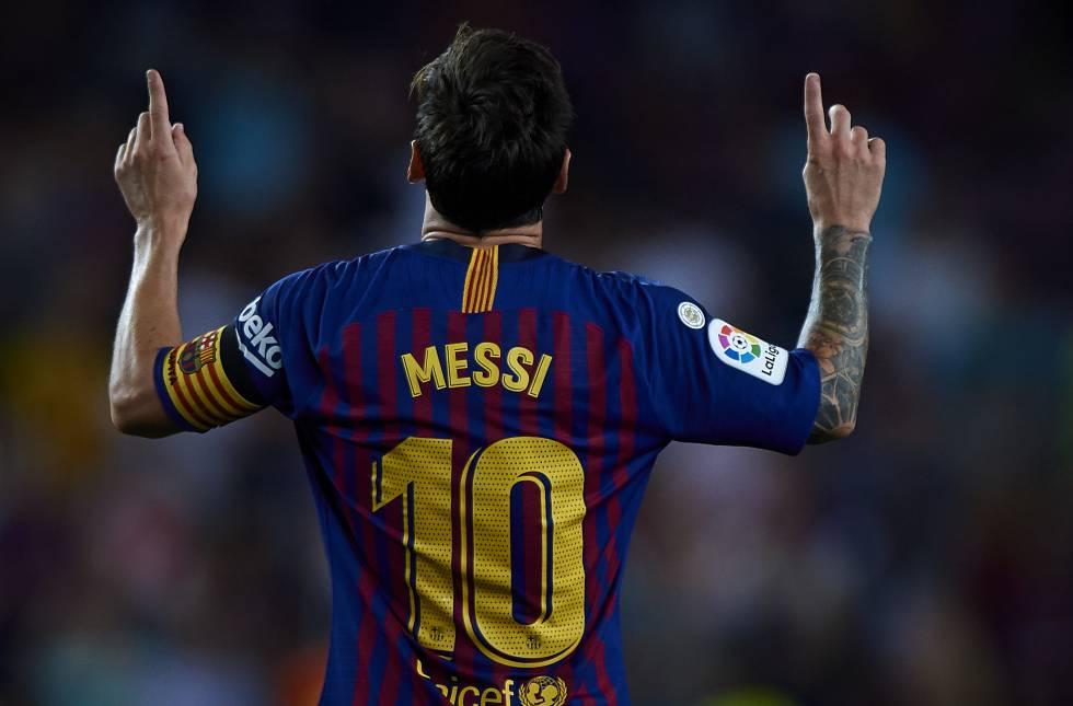 Messi celebra un gol luciendo el parche de campeón de LaLiga temporada 1718.