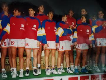 La selección española en el podio de Perugia. En la imagen, Geuer (9), Messa (12), Grande (4) y Mújica (5).