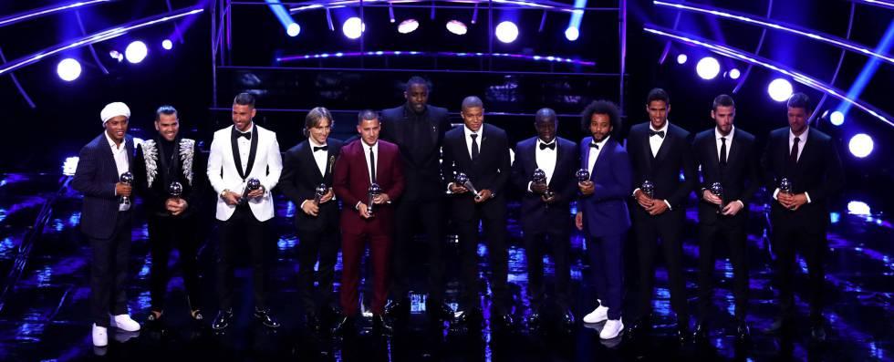 Alves, Ramos, Modric, Hazard, Mbappé, Kanté, Salah, Marcelo, Varane y De Gea posan con el premio al mejor once.