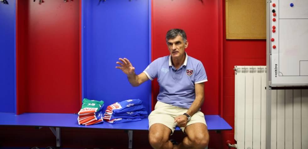 Jose Luis Mendilibar, entrenador de la SD Eibar, en el vestuario del equipo en Ipurua.