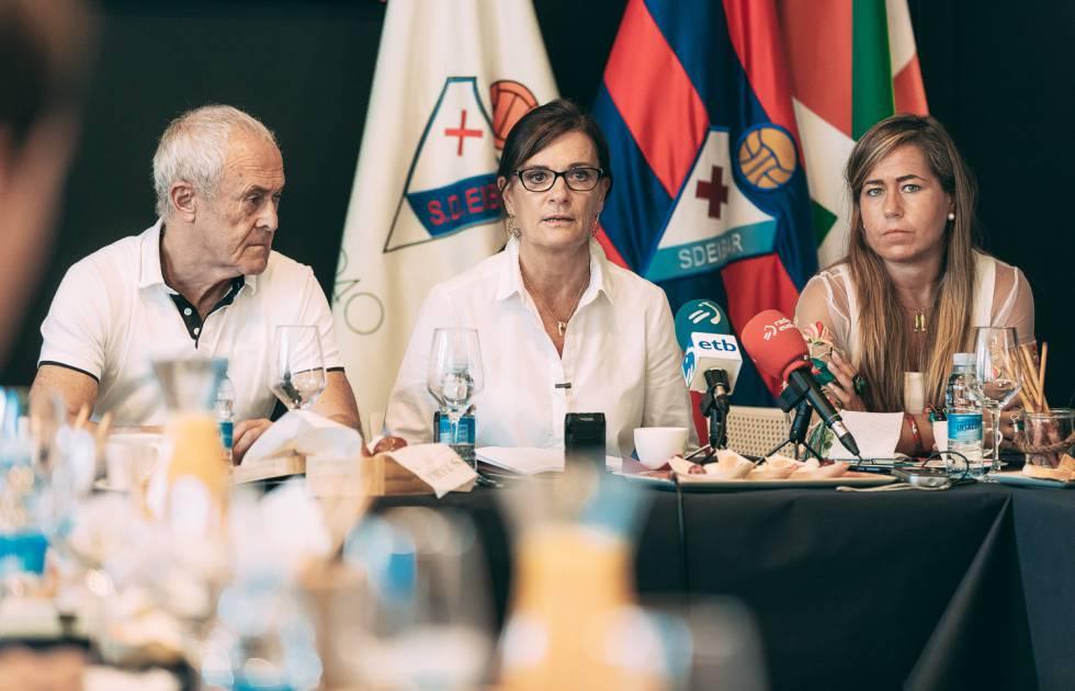 Mikel Larrañaga, Amaia Gorostiza y Patricia Rodríguez en la pasada junta de accionistas.