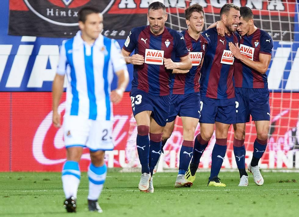 Los jugadores del Eibar celebran un gol en el derbi contra la Real Sociedad