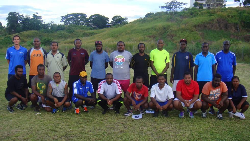 Felipe Vega-Arango, de pie en el extremo izquierdo de la imagen, es director técncico de la Federación de Fútbol de Islas Salomón.