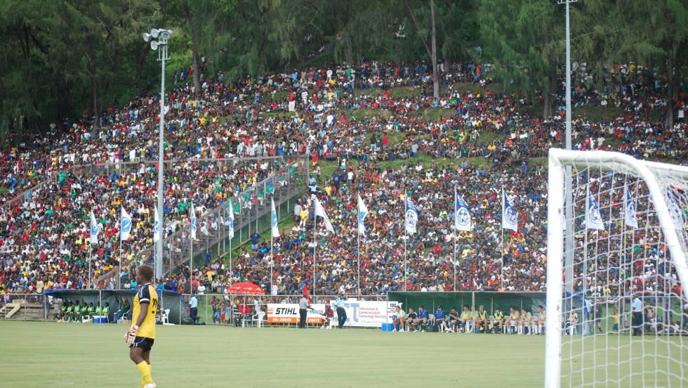 La grada del estadio Lawson Tama, en Haniara, es una ladera.