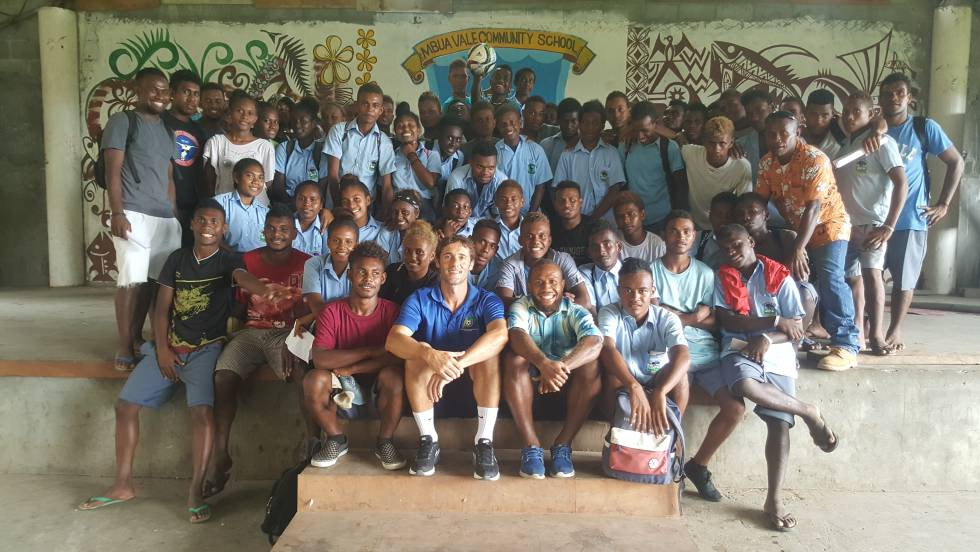 Vega-Arango, rodeado de estudiantes durante una visita a un instituto de Honiara.