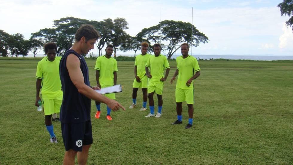 Felipe Vega-Arango da instrucciones a varios jugadores de la selección de Islas Salomón durante un entrenamiento.