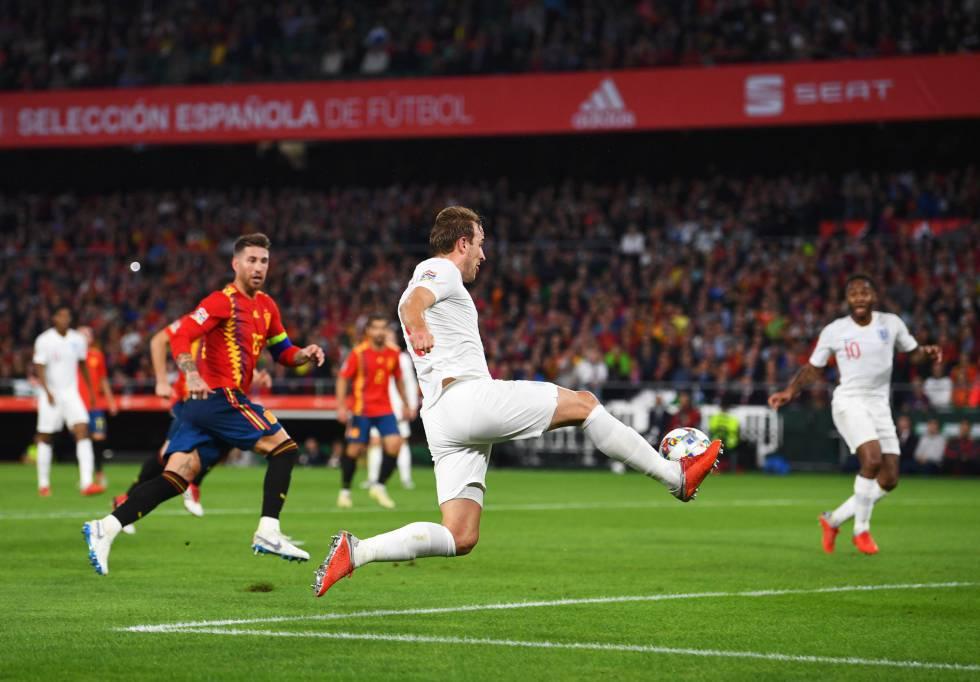 Harry Kane da la asistencia del tercer gol inglés a Sterling.